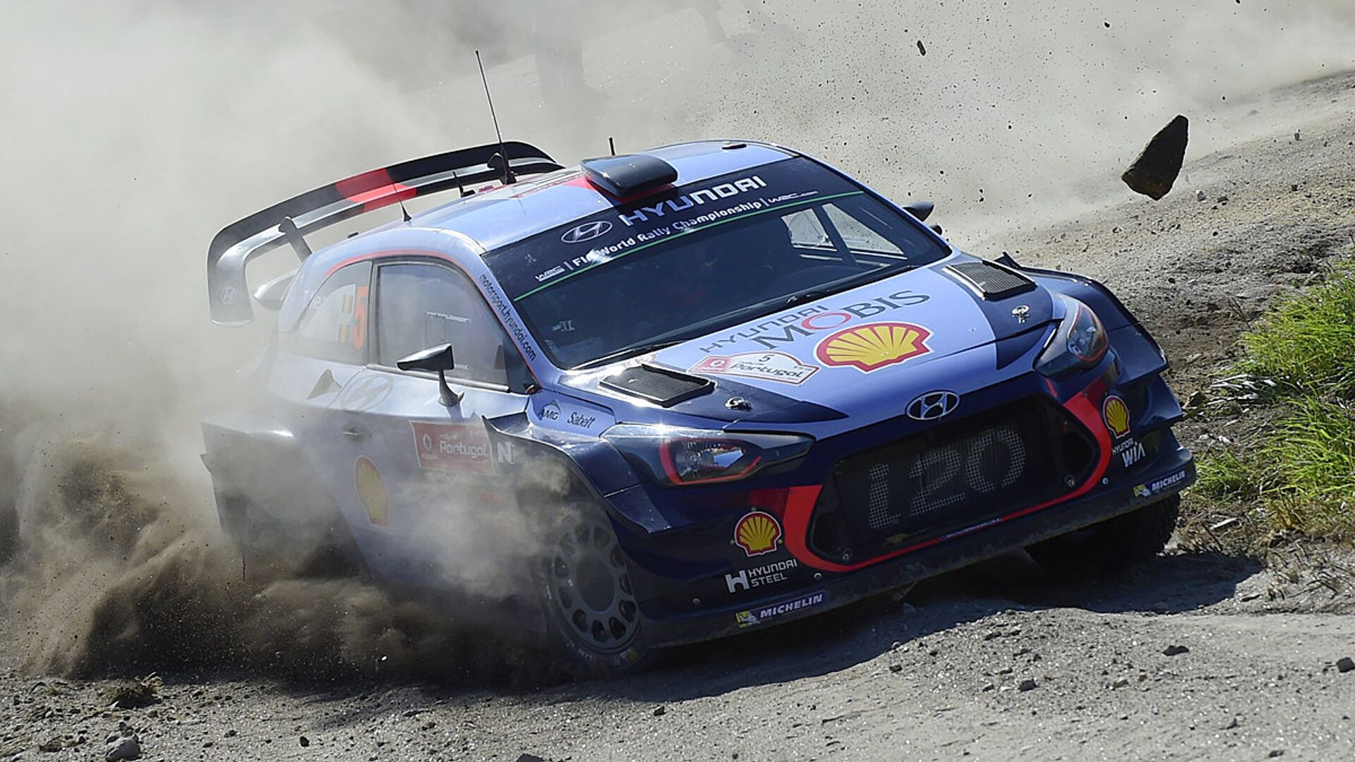 Belgian driver and co-driver, Thierry Neuville and Nicolas Gilsoul, steer their Hyundai i20 Coupe in Caminha, northern Portuga - Sputnik Oʻzbekiston, 1920, 13.03.2021