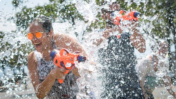 People take part in a ten-minute flashmob on June 24, 2017 at a fountain in Lausanne, to cool off as heatwave scorches Europe. - Sputnik Узбекистан