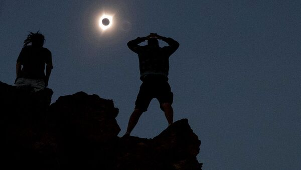 Enthusiasts watch the total solar eclipse from Carroll Rim Trail at Painted Hills near Mitchell, Oregon - Sputnik Узбекистан