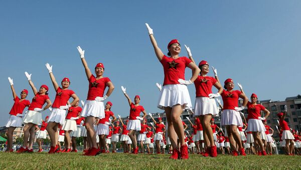 This photo taken on October 8, 2017 shows dancers posing in formation to celebrate the upcoming Party Congress, in Rongan in China's southern Guangxi region. China will convene its 19th Party Congress on October 18, state media said, a key meeting held every five years where President Xi Jinping is expected to receive a second term as the ruling Communist Party's top leader. - Sputnik Узбекистан